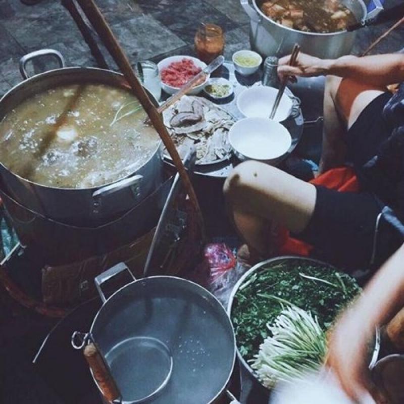 Hàng ngàn quán xá thi nhau bày sạp, muốn ăn gì cứ xách xe dạo một vòng quanh Hà Nội sẽ có.
