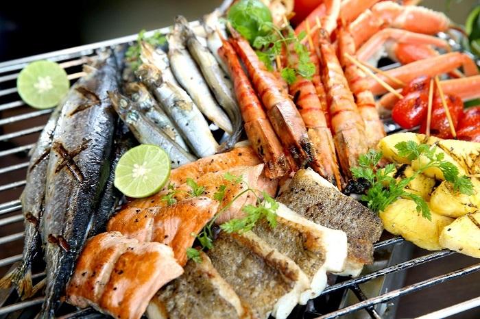 Các bạn có thể mua hải sản về tự chế biến hoặc nhờ người dân ở homestay chế biến và thưởng thức cùng họ