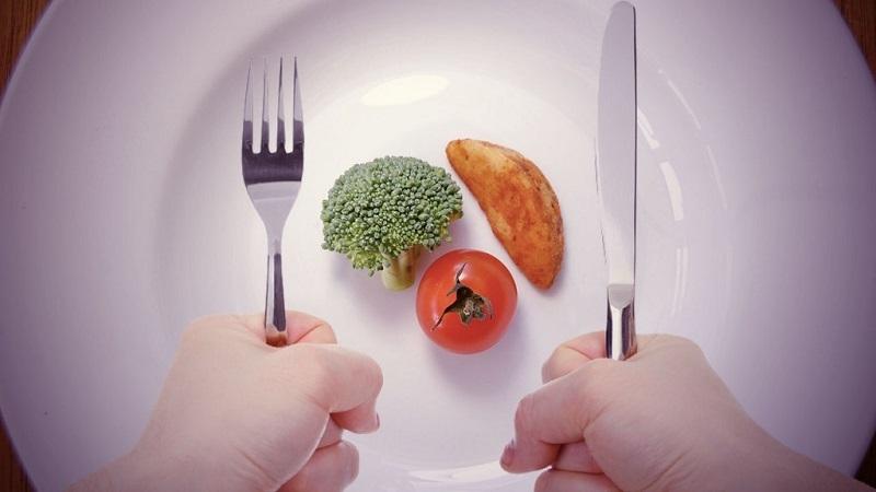 Ăn quá ít sẽ khiến cơ thể thiếu dinh dưỡng và luôn thèm ăn