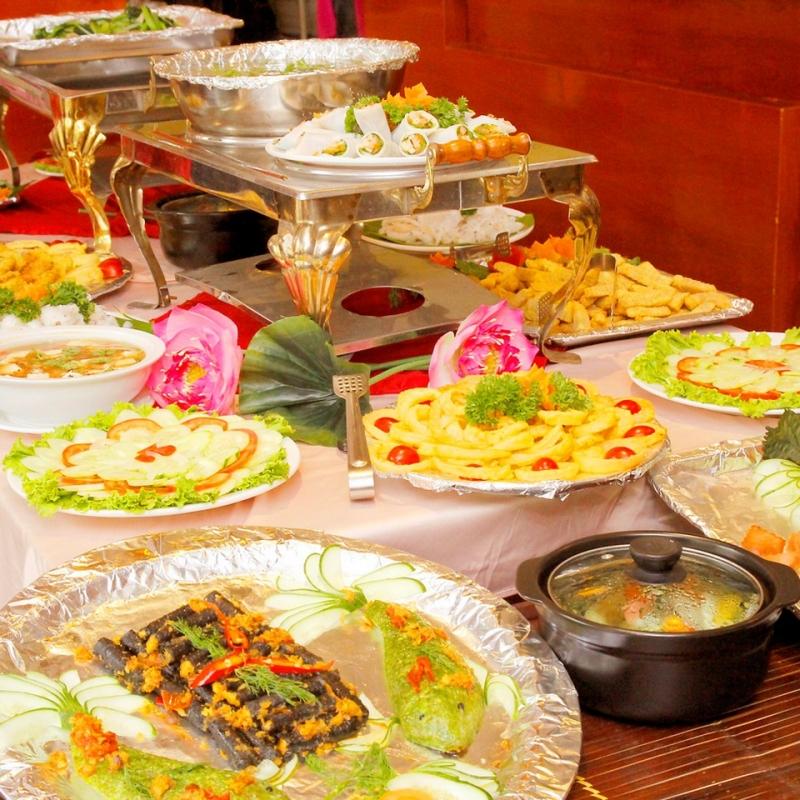 Tiệc buffet tràn ngập nhiều món ngon