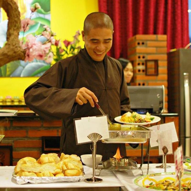 Nhà sư vui vẻ thưởng thức món ăn