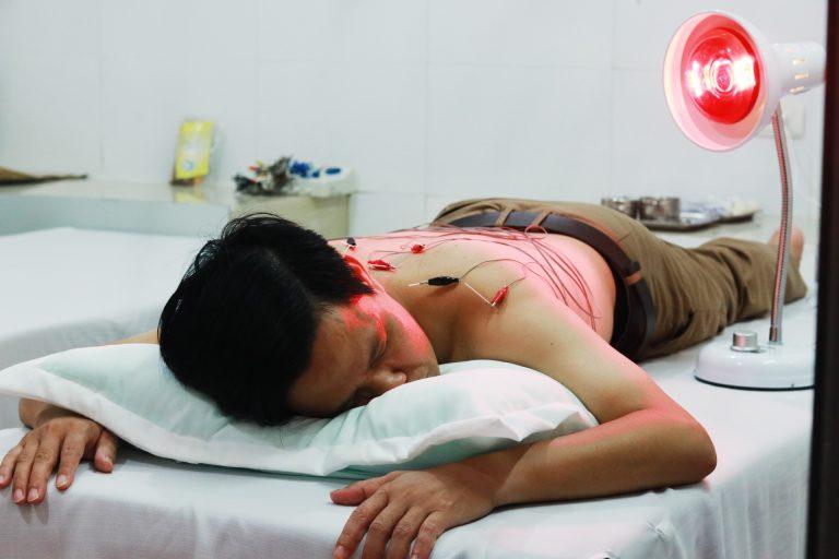 Châm cứu bấm huyệt điều trị mất ngủ và đau mỏi vai gáy