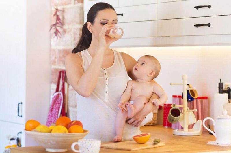 Sản phụ nên ăn nhiều hoa quả hoặc nước ép để cung cấp vitamin cho cơ thể