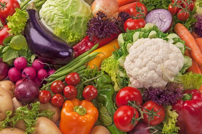 Đừng quên việc bổ sung rau củ quả mỗi ngày vì chúng không chỉ giúp đẹp da mà còn hỗ trợ giảm cân