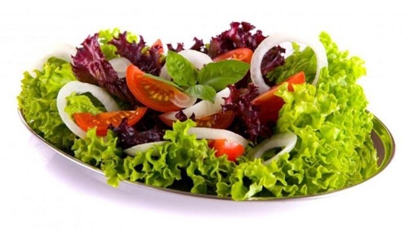 Ăn salad hoặc uống một cốc nước trước bữa ăn