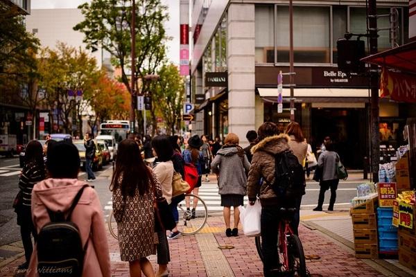 Ăn uống khi đang đi bộ trên phố