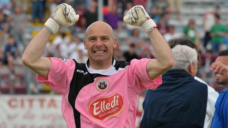 Andrea Pierobon thủ thành nhiều tuổi nhất từng thi đấu tại giải vô địch quốc gia Italia