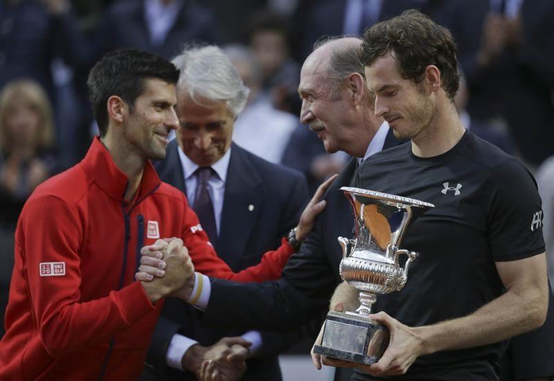 Andy Murray đánh bại Djokovic để lên ngôi vị số một thế giới.