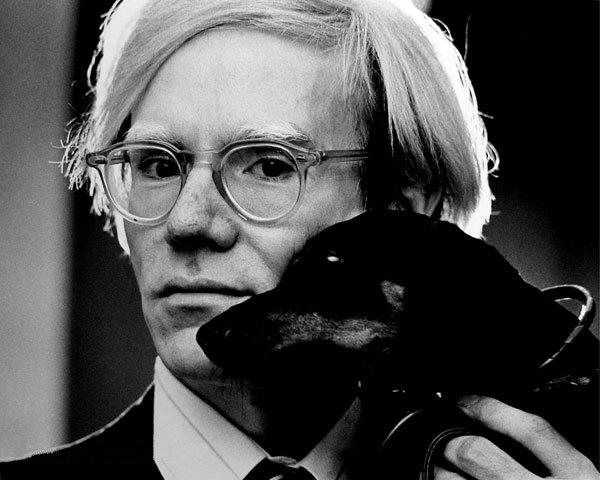 Họa sĩ Andy Warhol - một người họa sĩ đa tài, ngoài vẽ ra, ông còn làm phim và viết sách