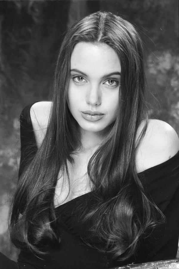 Angelina Jolie có đôi mắt đầy sức mạnh