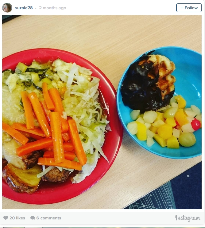 Một bữa ăn phổ biến của học sinh Anh với salad, trái cây và bánh quế Chocolate