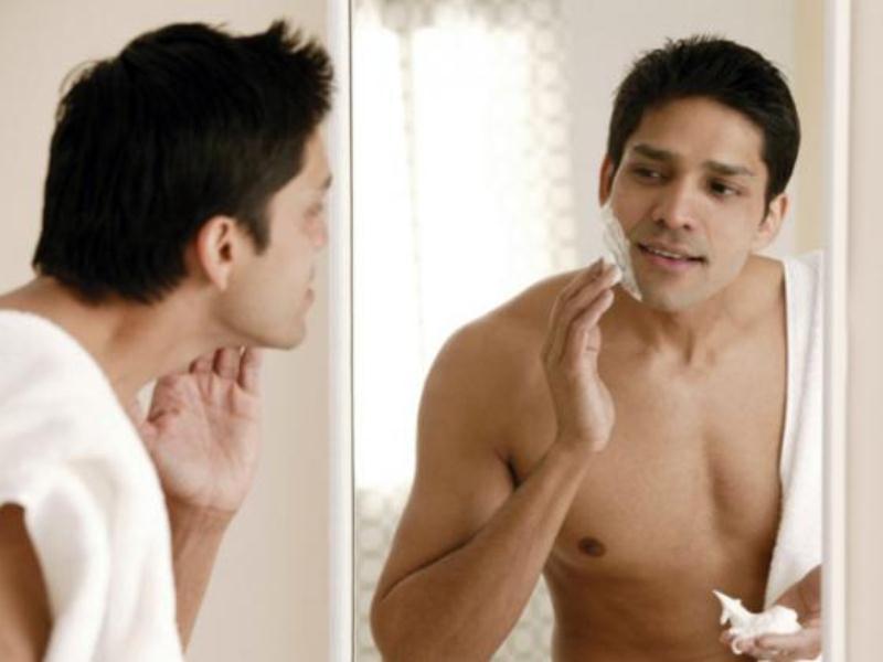 Anh không thích soi gương chải chuốt đâu, mỗi lần như vậy lại có một gã rất đẹp trai trong gương cứ nhìn anh không chớp mắt.