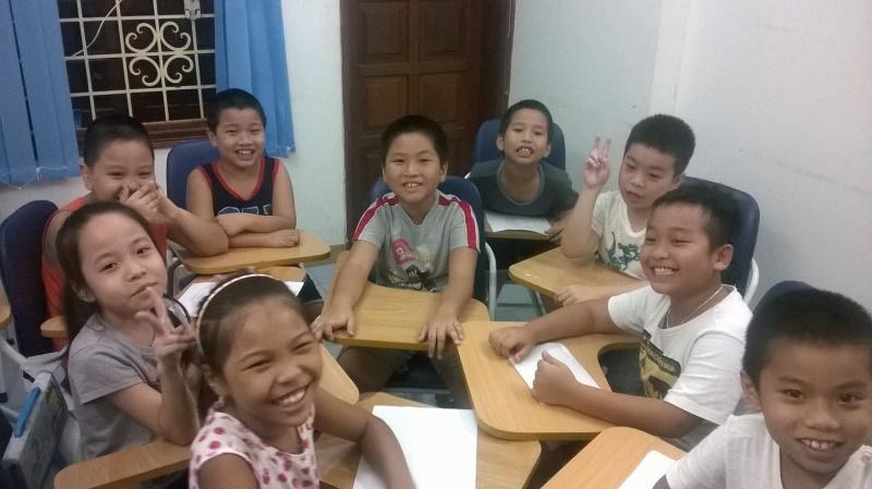 Các em nhỏ vui vẻ khi học tại Anh ngữ iGIS