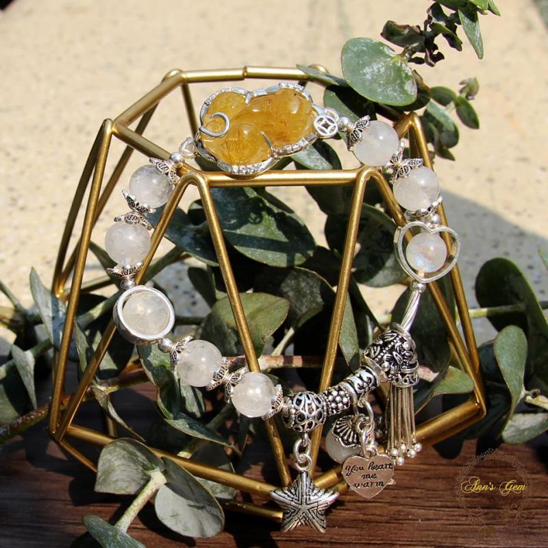 Chiếc vòng Pandora dành cho các cô nàng mệnh kim được vẽ nên từ hai gam màu vàng và trắng nhưng thật ra lại chứa đựng tận 3 loại đá quý giá.