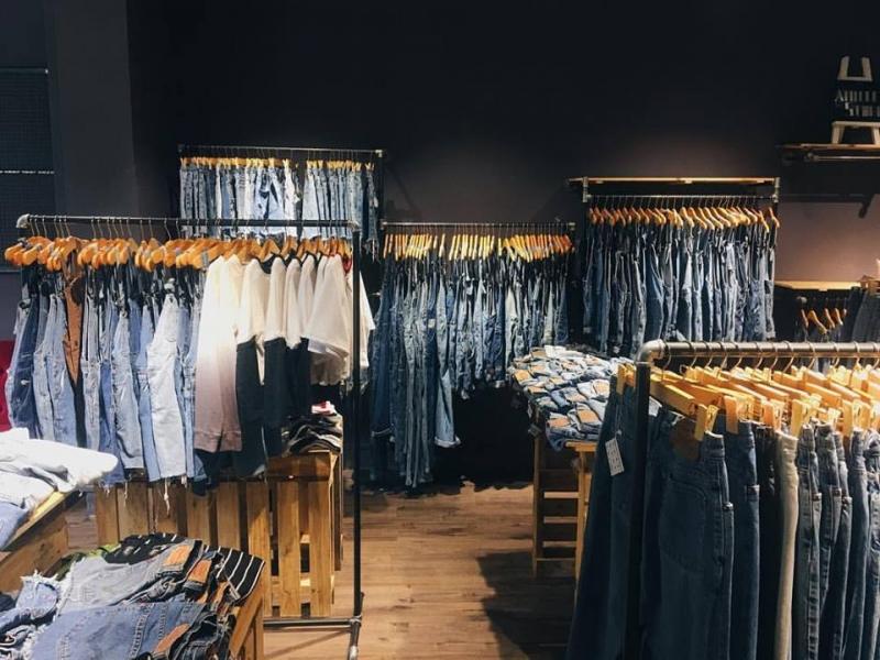 Annie Store sở hữu nhiều chiếc quần jeans rách cập cao cá tính, áo thun cut –out