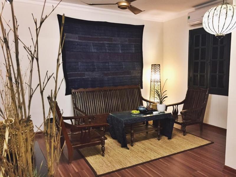 Phòng khách cổ điển của Annie's Little Hanoi