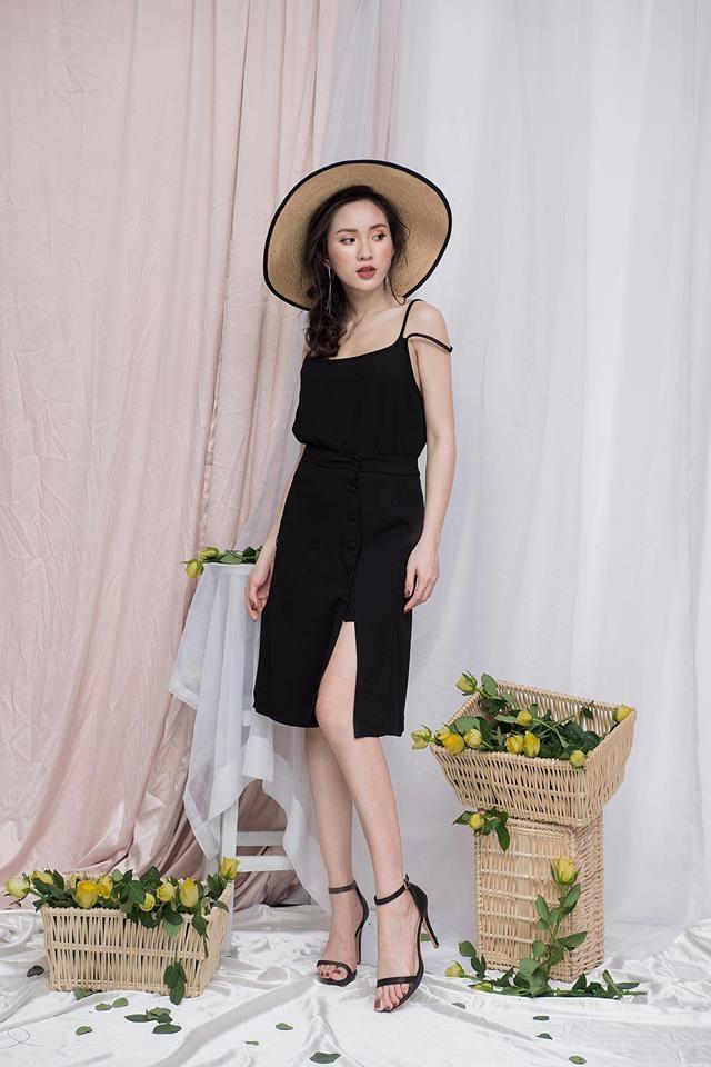 Set áo 2 dây và chân váy xẻ chất liệu vải thoáng mát khiến các nàng thoải mái trong mùa hè