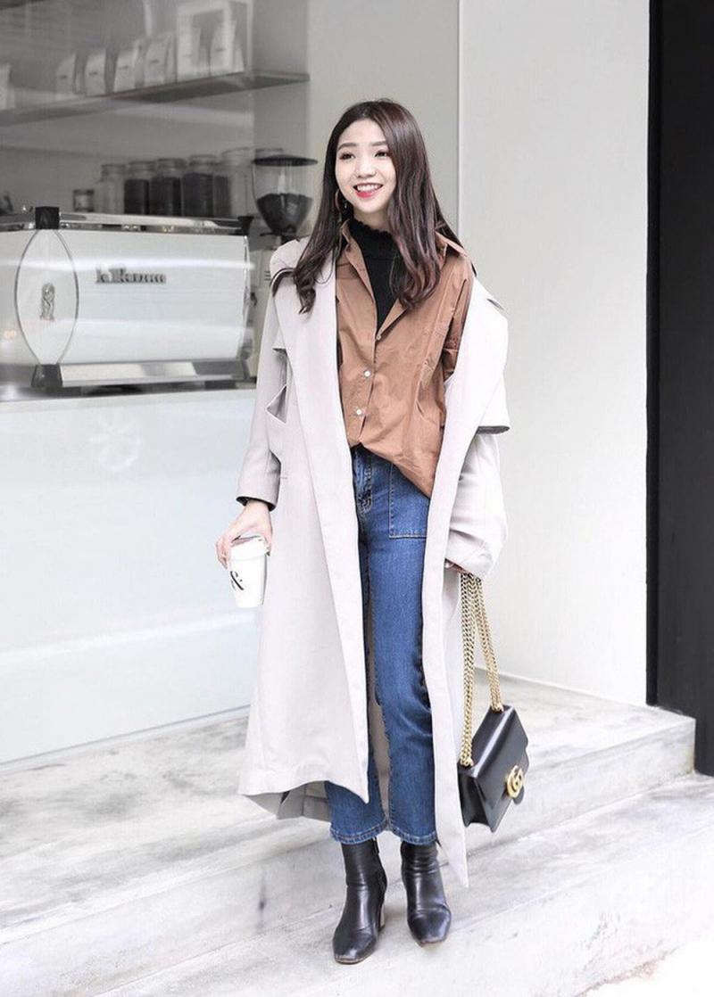 Áo dạ dáng dài + áo len + quần jean + giày cao gót hoặc giày thể thao