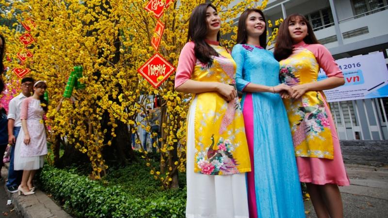 Thời trang áo dài cách tân hiện nay được chọn làm trang phục dự tiệc trong những dịp quan trọng