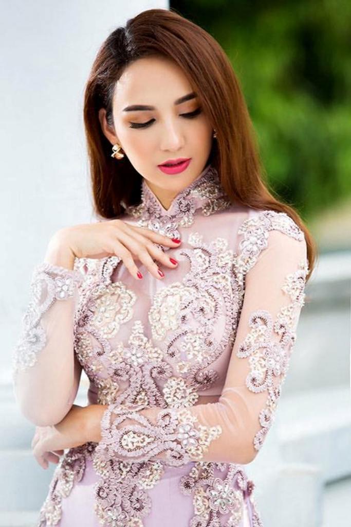 Độc đáo, đẹp vả tỉ mẩn trong từng đường kim mũi chỉ trong tà áo dài Chi Silk