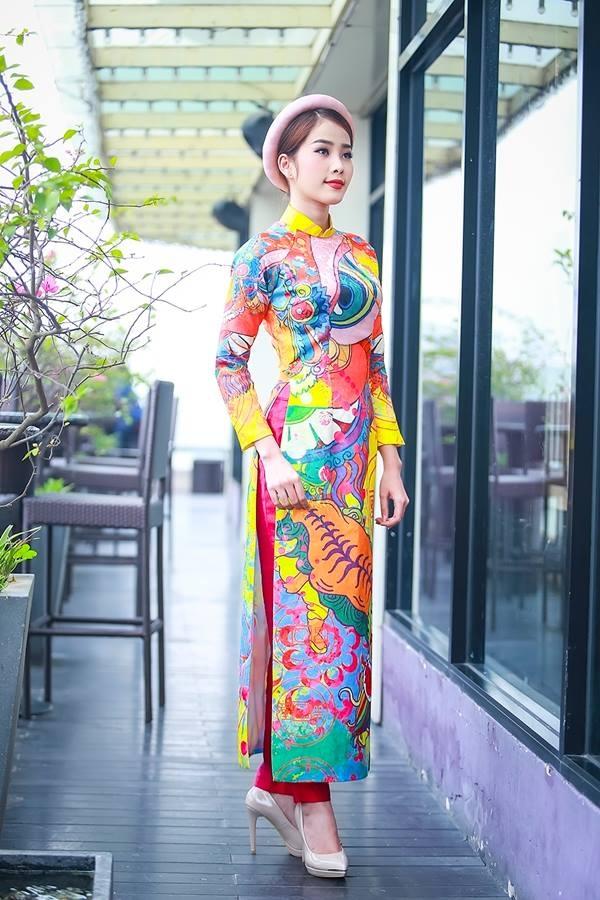 Kiểu áo dài được trang trí bằng hình tranh vẽ trừu tượng rất được các bạn trẻ năng động, cá tính yêu thích.