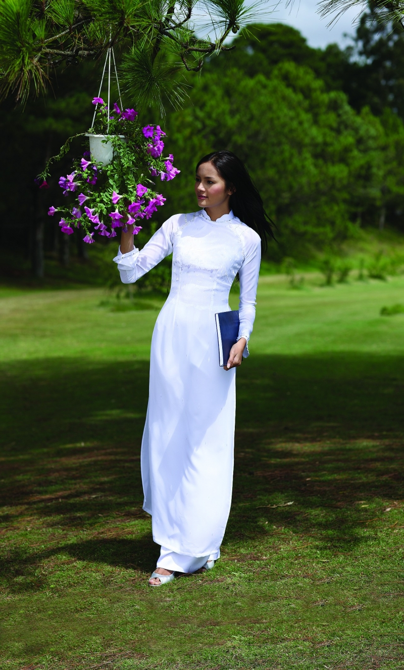 Thiếu nữ đẹp dịu dàng trong tà áo dài trắng tinh khôi