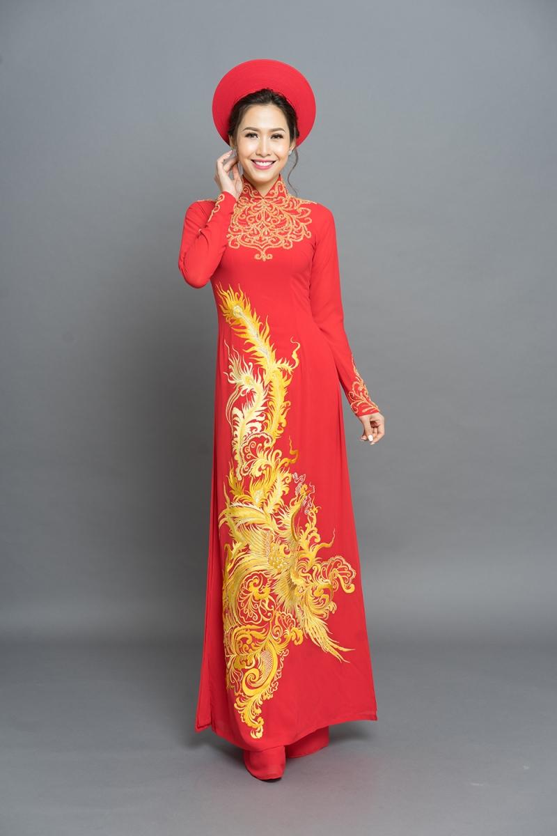 Chiếc áo dài đỏ với họa tiết long phục mang may mắn cho ngày Tết