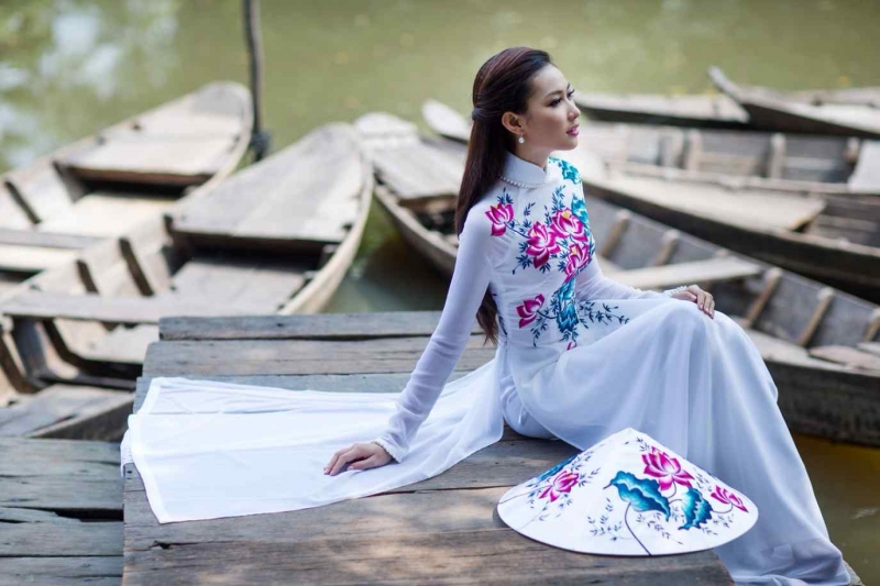 Tà áo dài trắng tinh khôi truyền thống cho nét đẹp cổ truyền ngày Tết