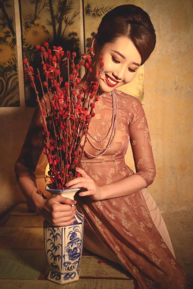 Vẻ đẹp hài hòa duyên dáng trong tà áo dài Việt Hùng