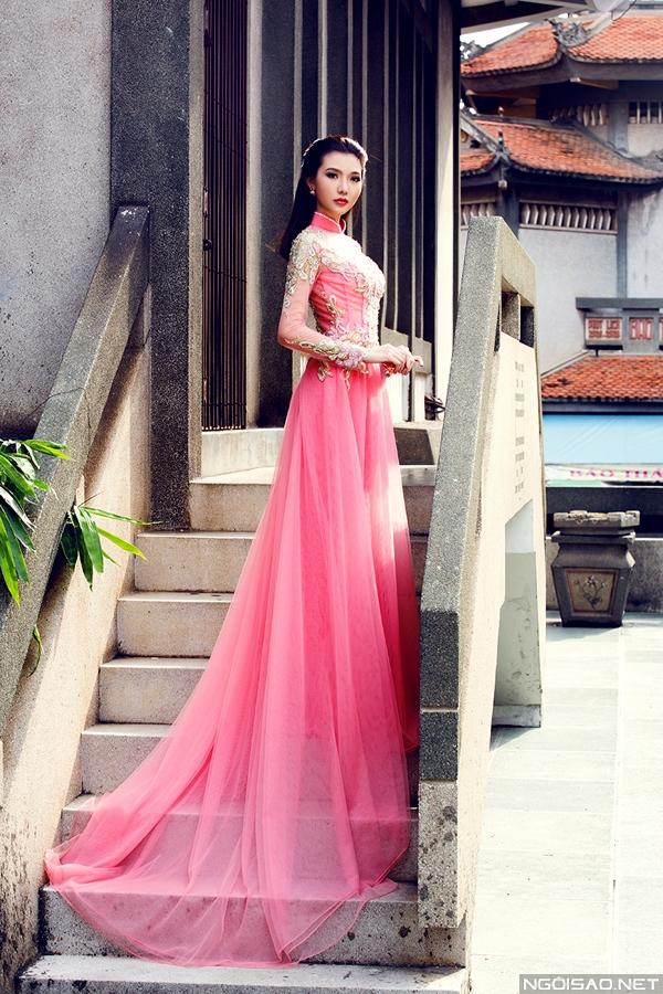 Đây cũng là kiểu áo dài rất yêu thích tại các sàn diễn thời trang và quốc tế khi thể hiện về đề tài quốc phục Việt Nam.