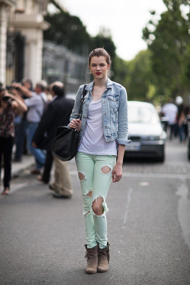 Áo Denim với quần jean rách