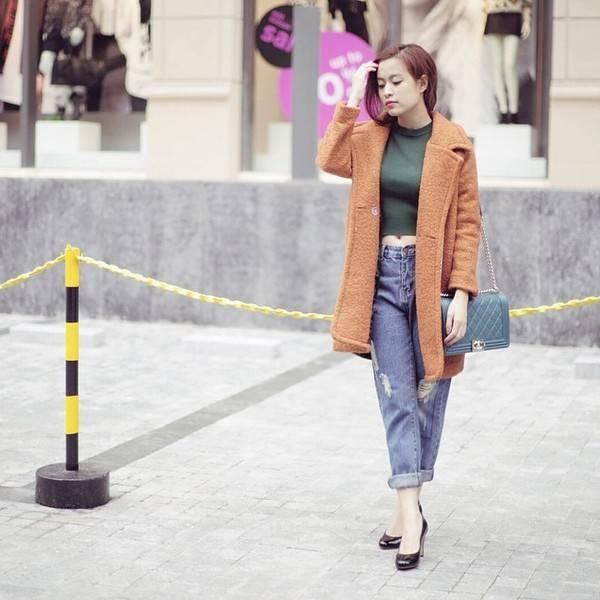 Áo khoác dạ với quần jean rách