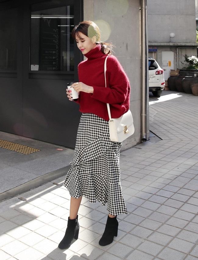 Áo len cổ lọ kết hợp cùng chân váy ca rô xếp tầng, bạn cũng có thể sử dụng phụ kiện như túi xách hay giày boot cao để hoàn thiện set đồ này