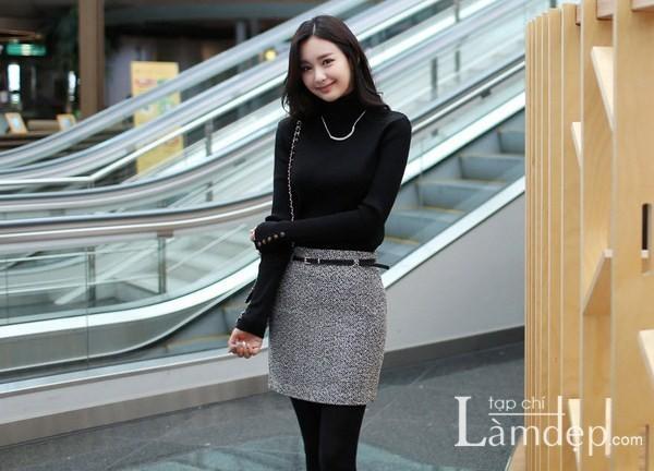 Áo len kết hợp với chân váy bó sát là một lựa chọn thông minh của các cô nàng