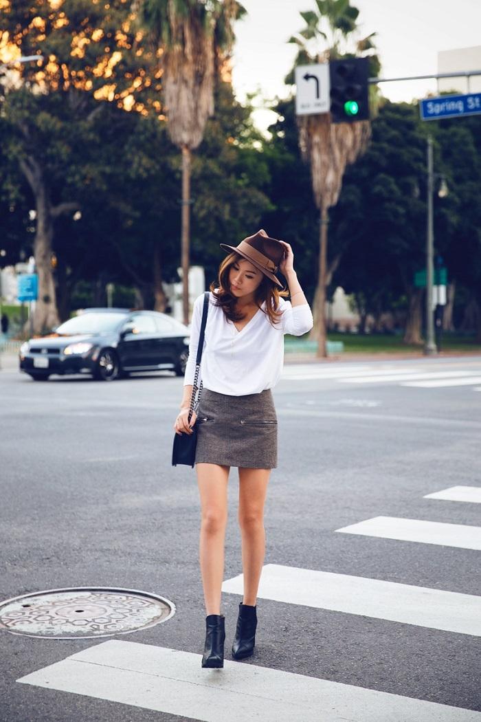 Áo len rộng kết hợp cùng chân váy ngắn. Đôi giày bốt đen cũng giúp cho set đồ thêm