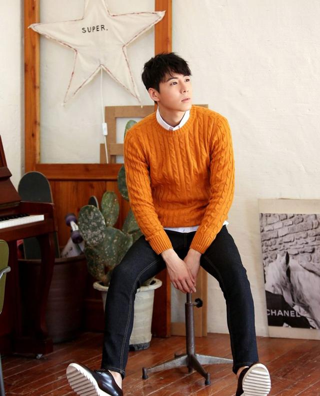 Áo len và áo sơ mi + quần jeans + giày thể thao