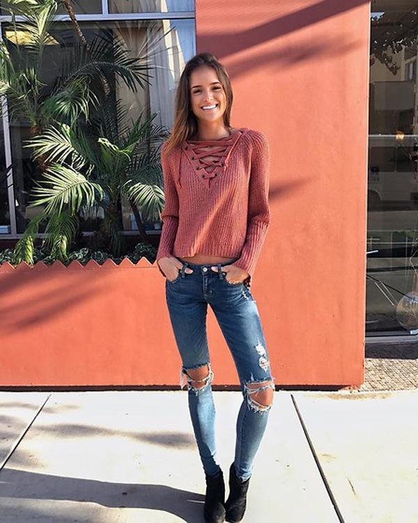 Áo len với quần jean rách