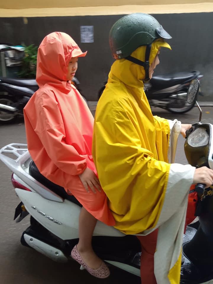 Áo mưa Khánh Chi rất đa dạng về kiểu dáng, chất liệu, màu sắc, và có nhiều cỡ cho nhiều lứa tuồi