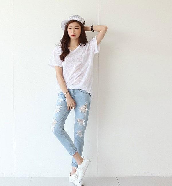 Quần jean rách kết hợp với chiếc áo phông