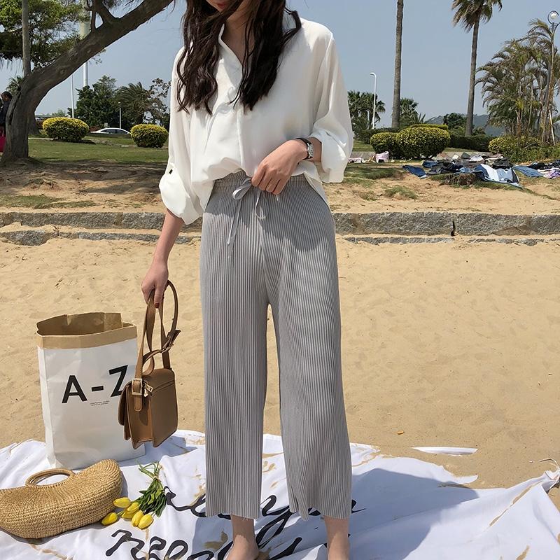 Set áo cổ sơ mi quần culottes là sự lựa chọn tuyệt vời cho các bạn gái với thiết kế vô cùng dễ mặc.