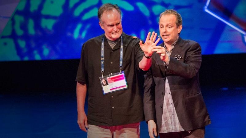 Ảo thuật gia Apollo Robbins (phải) đang biểu diễn