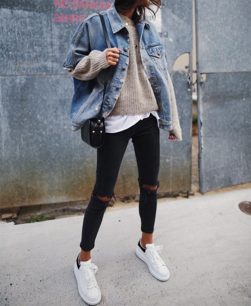 Áo thun + khoác denim + quần jean + giày thể thao