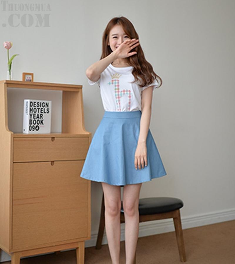 Áo thun và chân váy denim giúp bạn xinh xắn, đáng yêu hơn