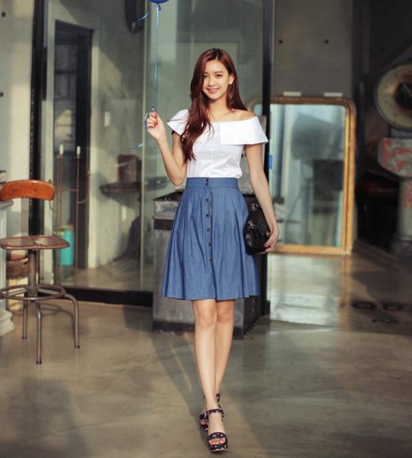 Nữ tính cùng áo trễ vai và chân váy