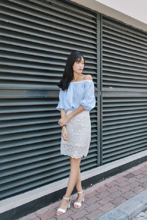 Áo trễ vai xanh bạc hà với chân váy bút chì ren trắng