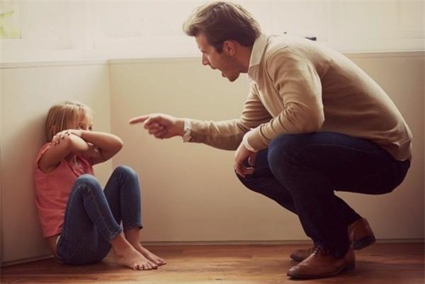 Nhiều áp lực vô hình xuất phát từ mong muốn của cha mẹ hoặc yêu cầu khắc khe từ thầy cô sẽ là nguyên nhân dẫn đến chứng tự kỷ ở trẻ nhỏ.