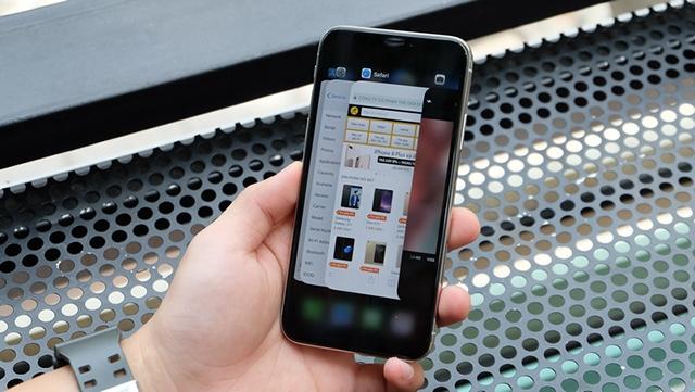 iPhone X nhỏ gọn trong tay người dùng