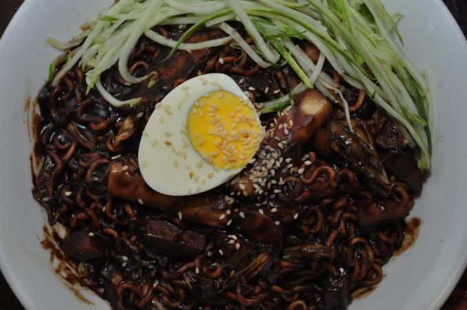 Món mì tương đen ở Han Cook cũng khá nổi tiếng với đặc trưng là nước sốt nhiều nên sợi mì ngập và thấm đượm hương vị.