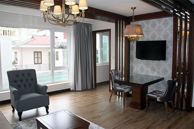 Tông màu chủ đạo của homestay nằm trong trung tâm thủ đô này là tường trắng và nội thất nâu tạo nên sự đẳng cấp mà vẫn ấm cúng