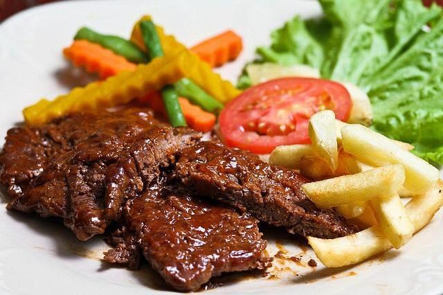 Món ăn hấp dẫn được nhà hàng chế biến tinh tế